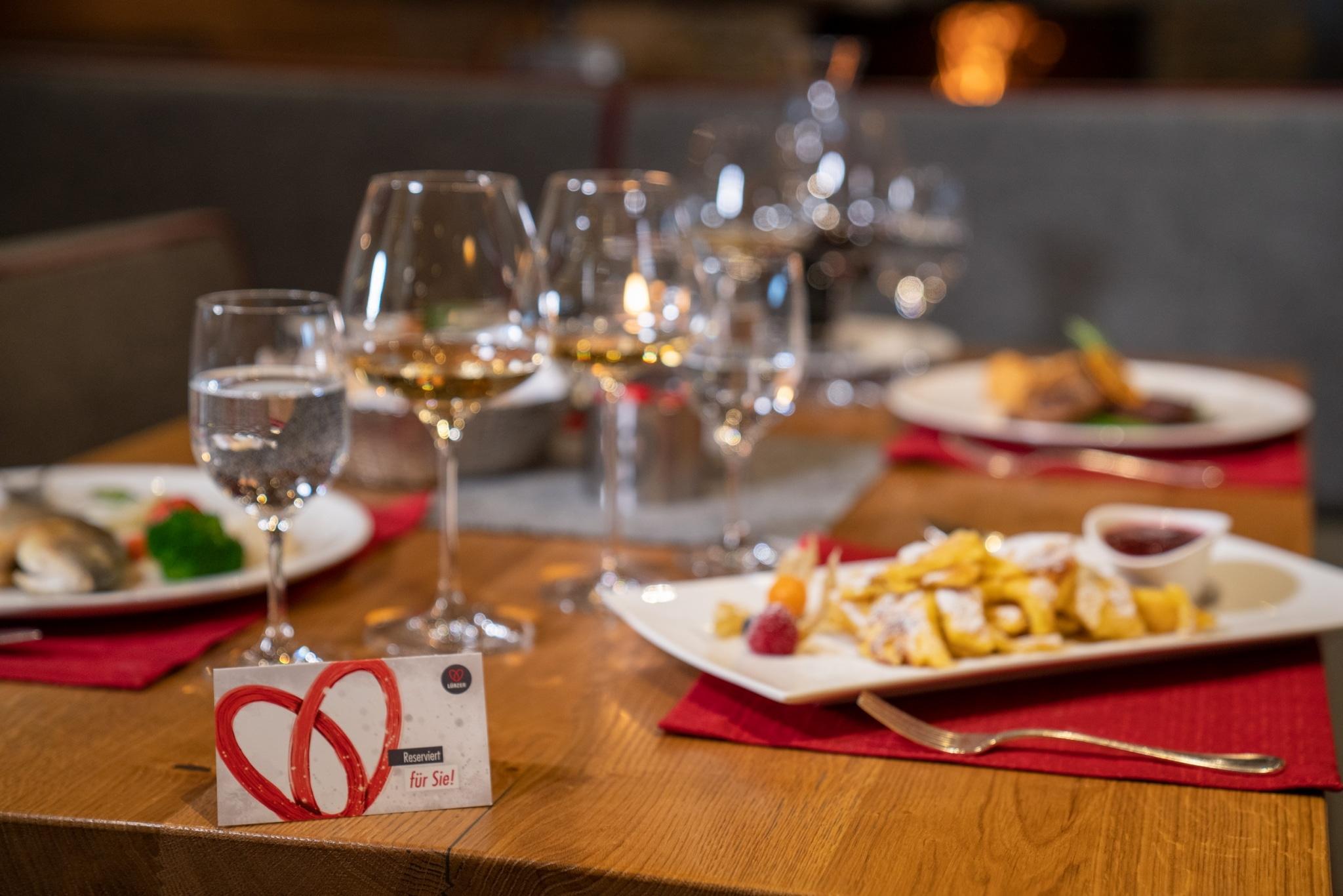 Blick auf gedeckten Tisch mit Speisen