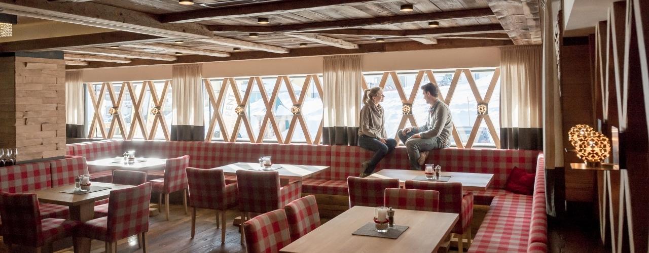 Pärchen sitz in Restaurant auf Fensterbank